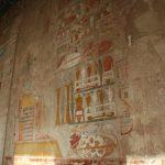 Bunte Reliefs im Tempelinneren
