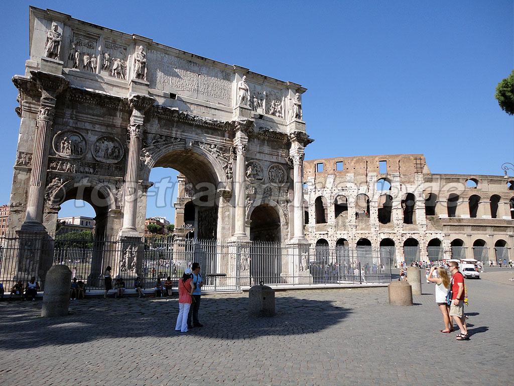 Siegestor in Rom und Kolosseum