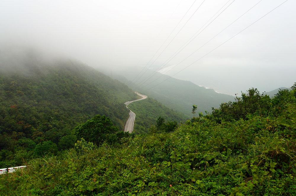 Wolkenpass Hue - Straße zwischen Nebel